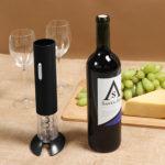 mesa con botella de vino y Abre vino automático